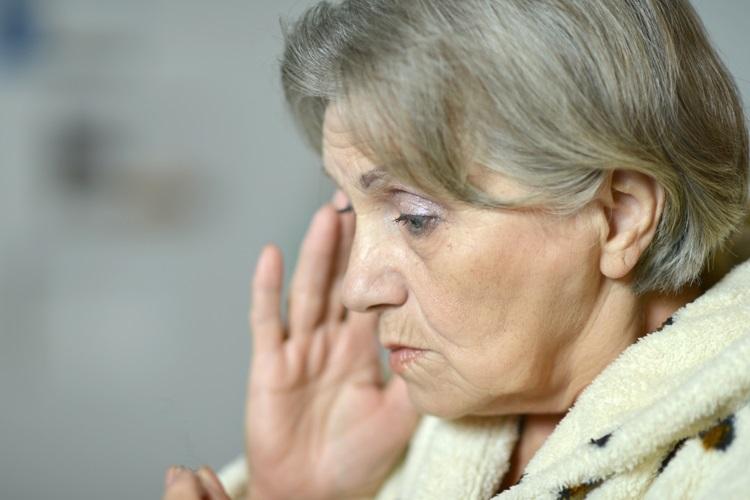 Starsza kobieta chora na cukrzycę i Altzheimera