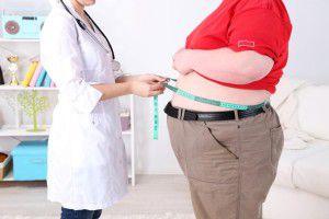 Lekarz mierzy obwód talii pacjenta.