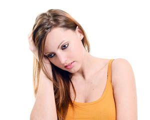 Młoda kobieta z cukrzycą insulinozależną wykazuje obajwy hipoglikemii, takie jak lęk i dezorientację