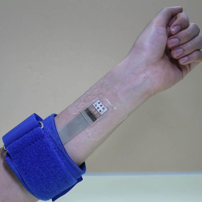 Glukometr do potu umieszczony na raminiu
