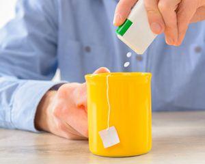 Mężczyzna cierpiący na cukrzycę chcąć uniknąć podwyższonej glikemii słodzi herbatę lub kawę słodzikiem