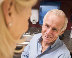 Mezczyzna w srednim wieku z cukrzyca rozmawia z lekarzem