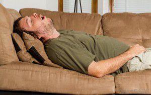 cukrzyk spi na kanapie drzemka cukrzyca